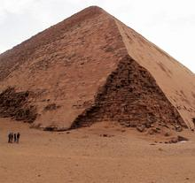 Asiir: Knickpyramide in Dahshur/Ägypten (Höhe: 105 m – Steigungswinkel 54 bzw. 43 Grad)