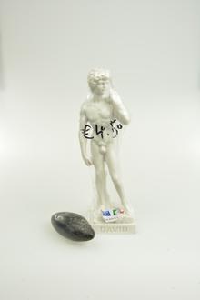 Universität Leipzig, Sammlung Ur- und Frühgeschichte: Michelangelo, David (Replik) und ein polierter Schleuderstein